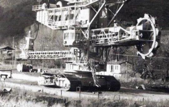 Bette, cavallette e spanditori: mezzi e lavoro nelle miniere a cielo aperto di Cavriglia.